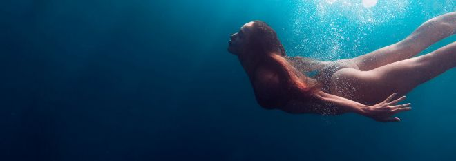 Mobile: Girl Swimming Underwater